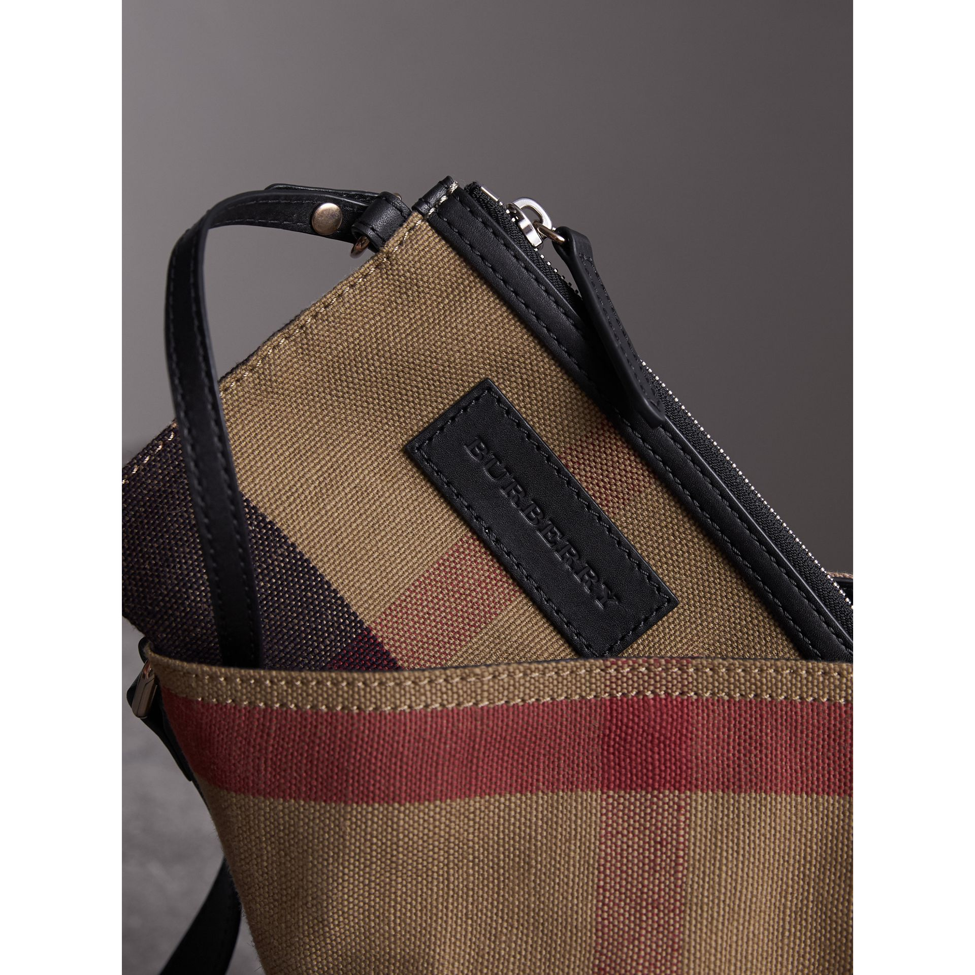 The Ashby piccola con pelle e motivo Canvas check (Nero) - Donna | Burberry - immagine della galleria 5