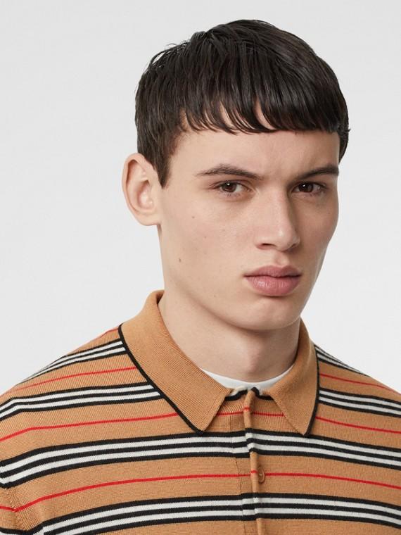 Camisa polo de lã merino com listras icônicas (Bege Clássico)