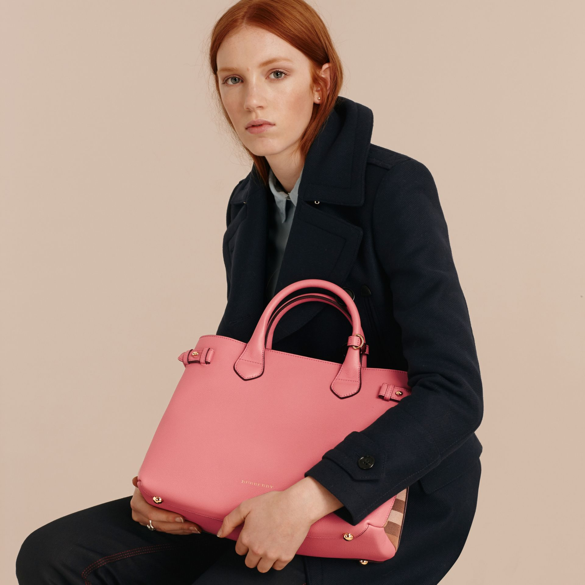 Sac The Banner medium en cuir et coton House check Rose Mauve - photo de la galerie 3