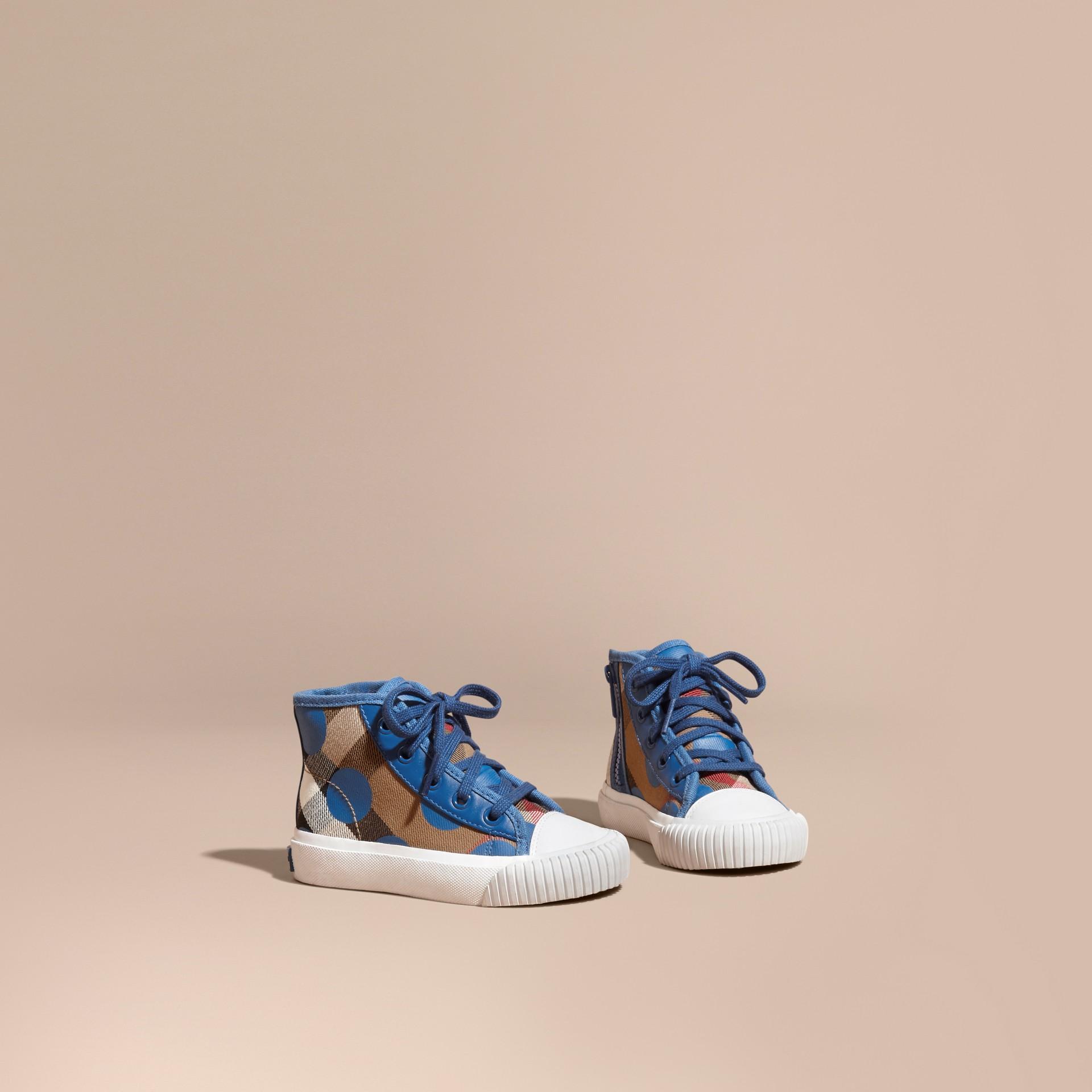 Bleu lupin Sneakers montantes à motif check et imprimé à cœurs, avec détails en cuir Bleu Lupin - photo de la galerie 1