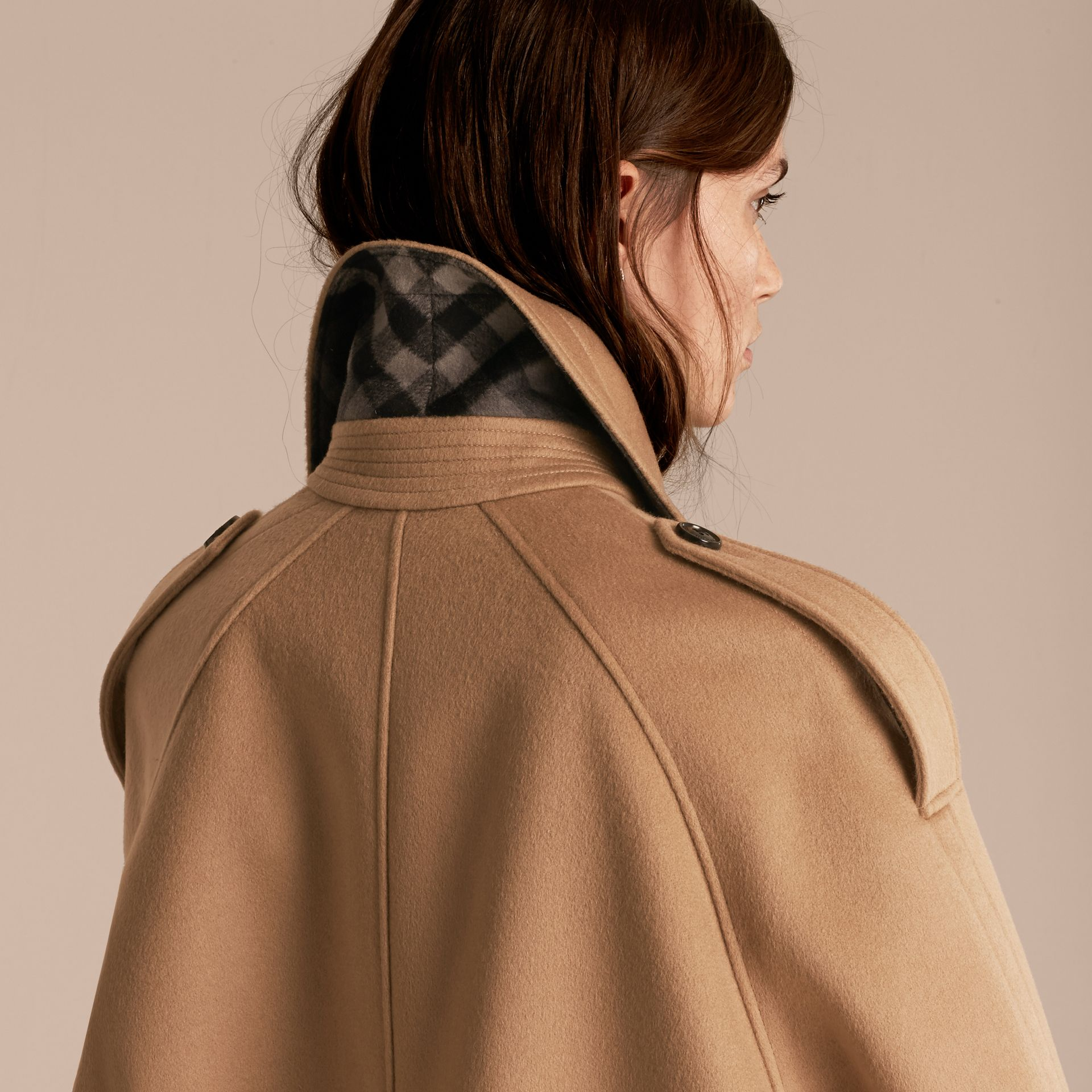 Camel Trench-coat cape en laine et cachemire - photo de la galerie 6