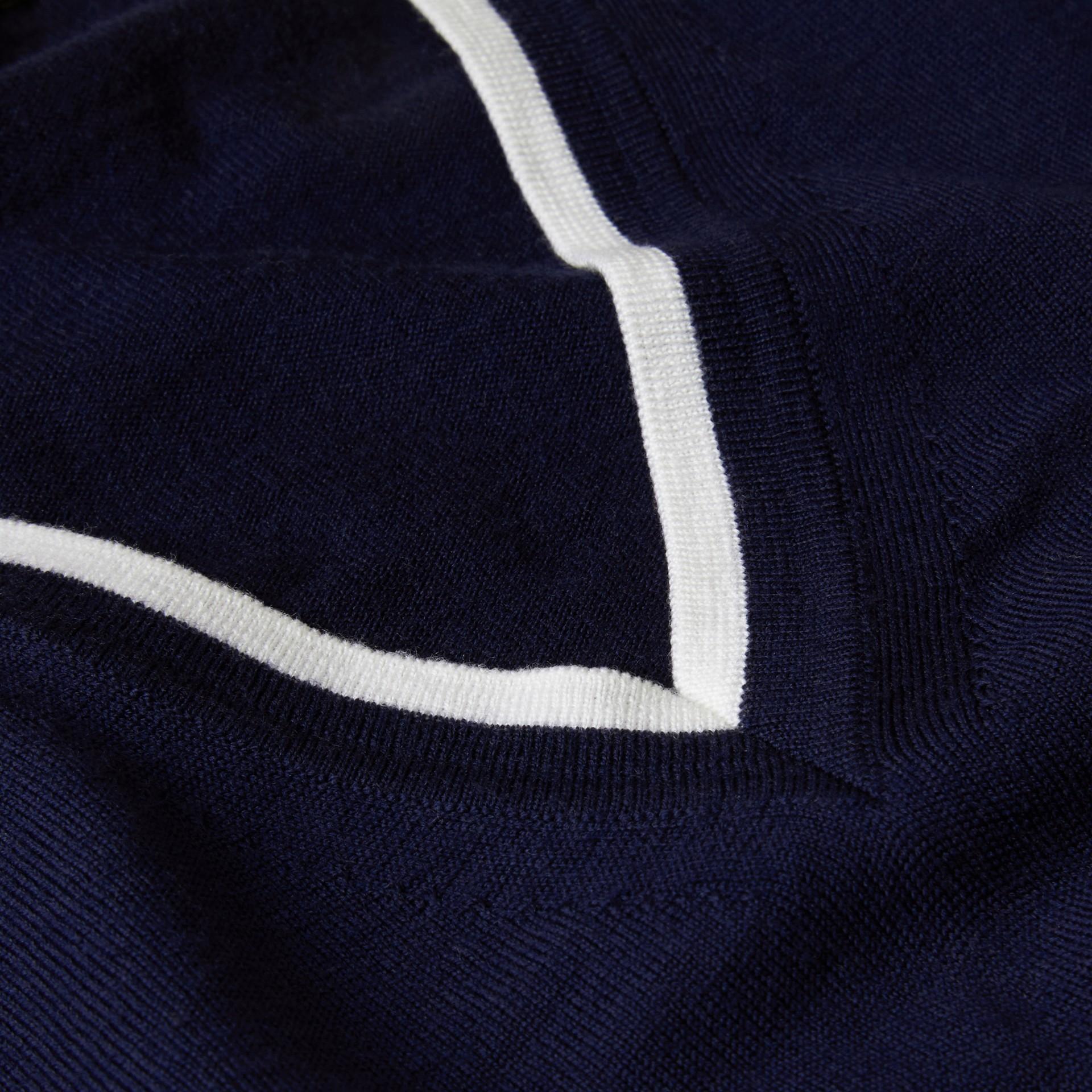 Marine/blanc Pull en laine à col en V avec bordure contrastante - photo de la galerie 2