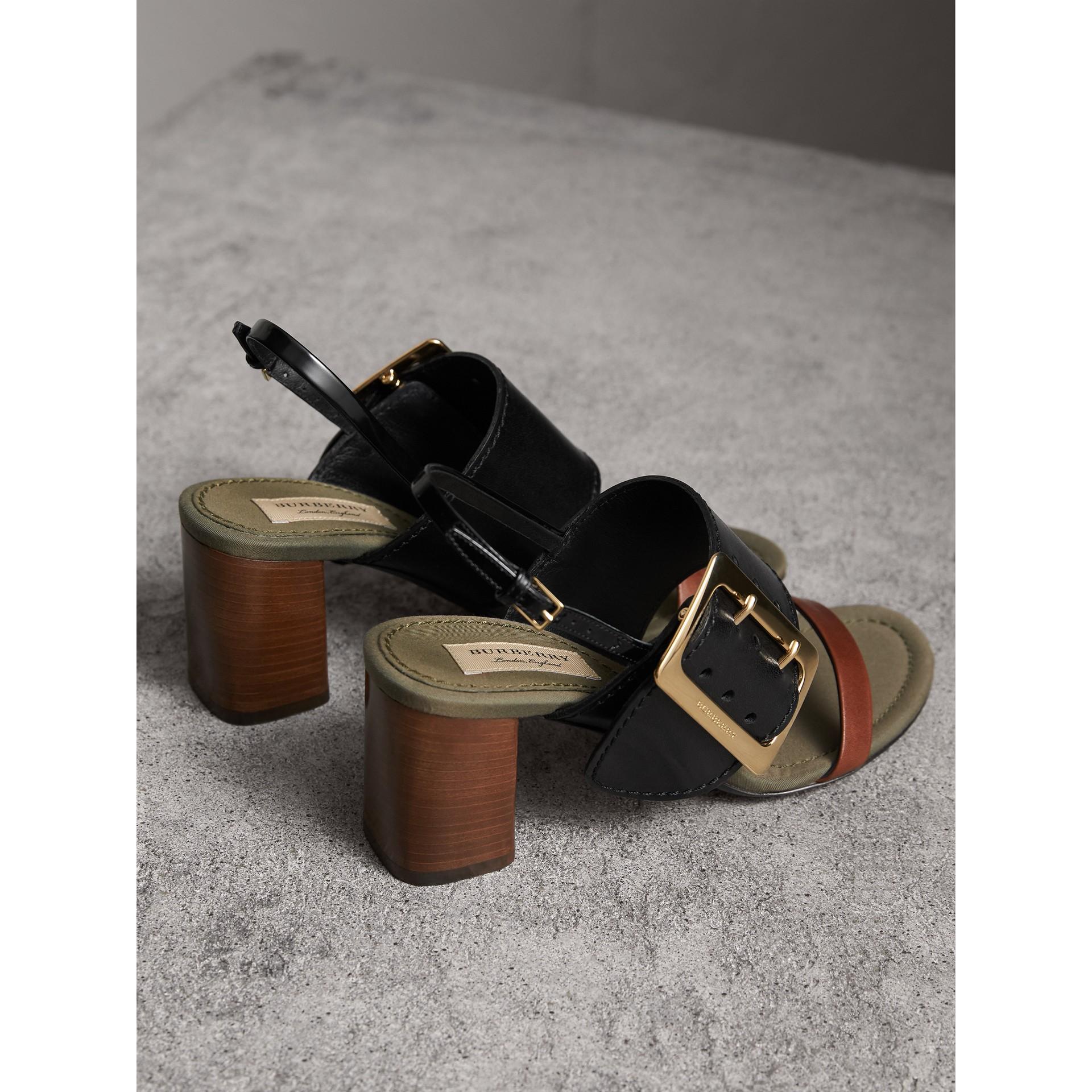 Sandalias en piel con detalle de hebilla grande (Negro) - Mujer | Burberry - imagen de la galería 4