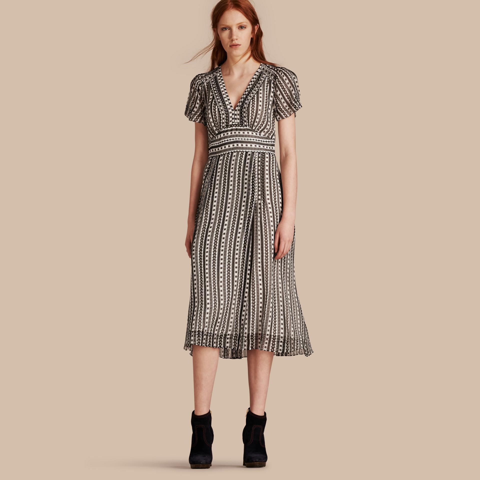 Blanc Robe en soie à imprimé géométrique avec nervures - photo de la galerie 1