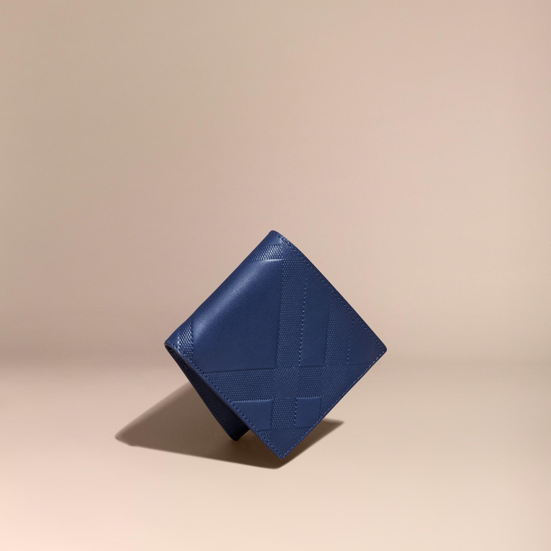 Bleu lapis Portefeuille à rabat en cuir avec motif check estampé Bleu Lapis - photo de la galerie 1