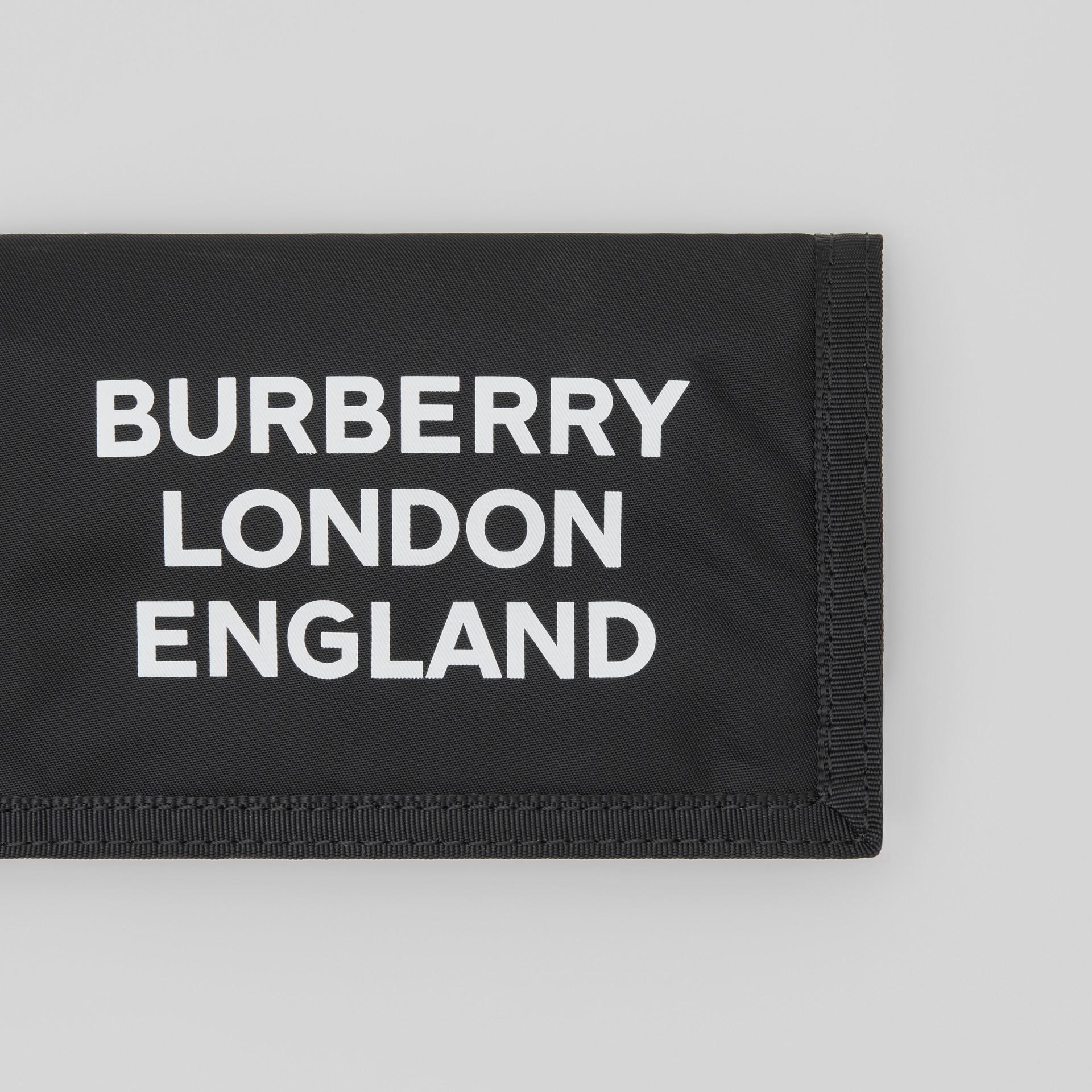 Carteira de viagem de nylon com estampa de logotipo (Preto/branco) | Burberry - galeria de imagens 1