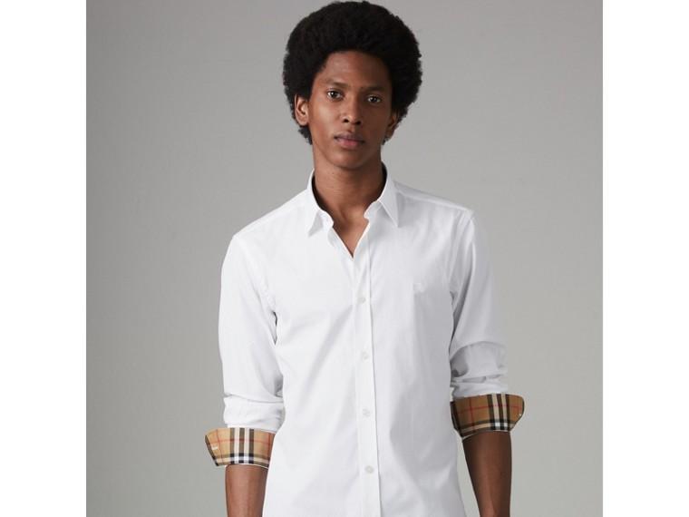 Chemise en popeline de coton extensible avec poignets à motif check (Blanc) - Homme   Burberry Canada - cell image 4