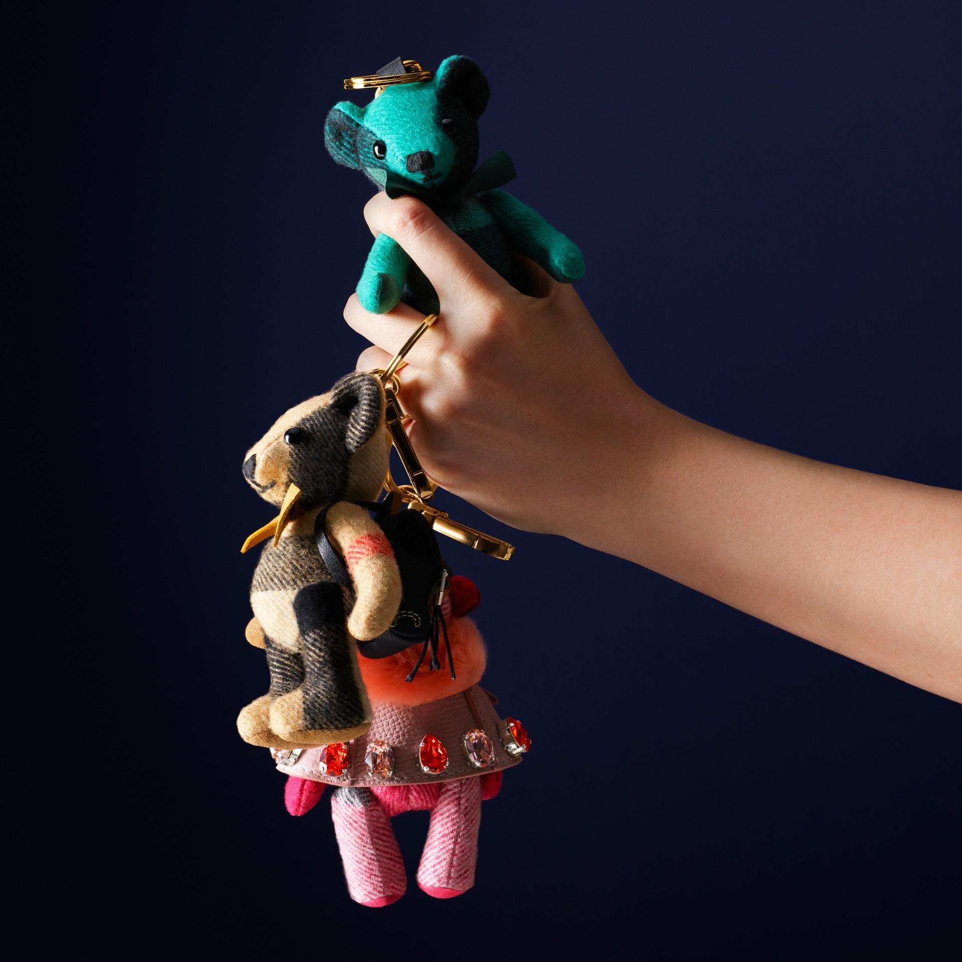 Rosa fucsia Adorno de osito de peluche Thomas con capa y cristales Rosa Fucsia - imagen de la galería 5