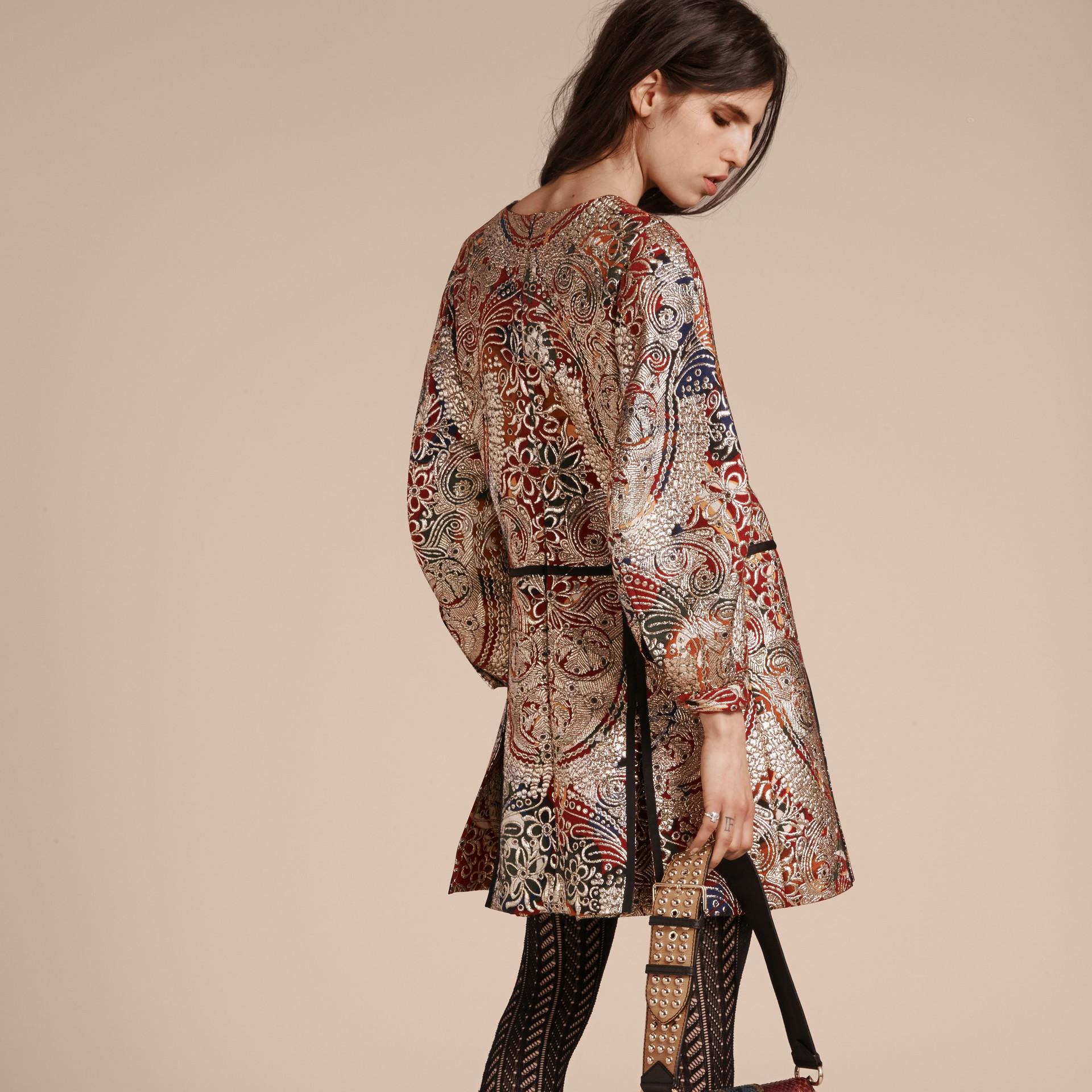 Brun roux Robe à manches sculpturales avec motif floral métallisé en jacquard - photo de la galerie 3