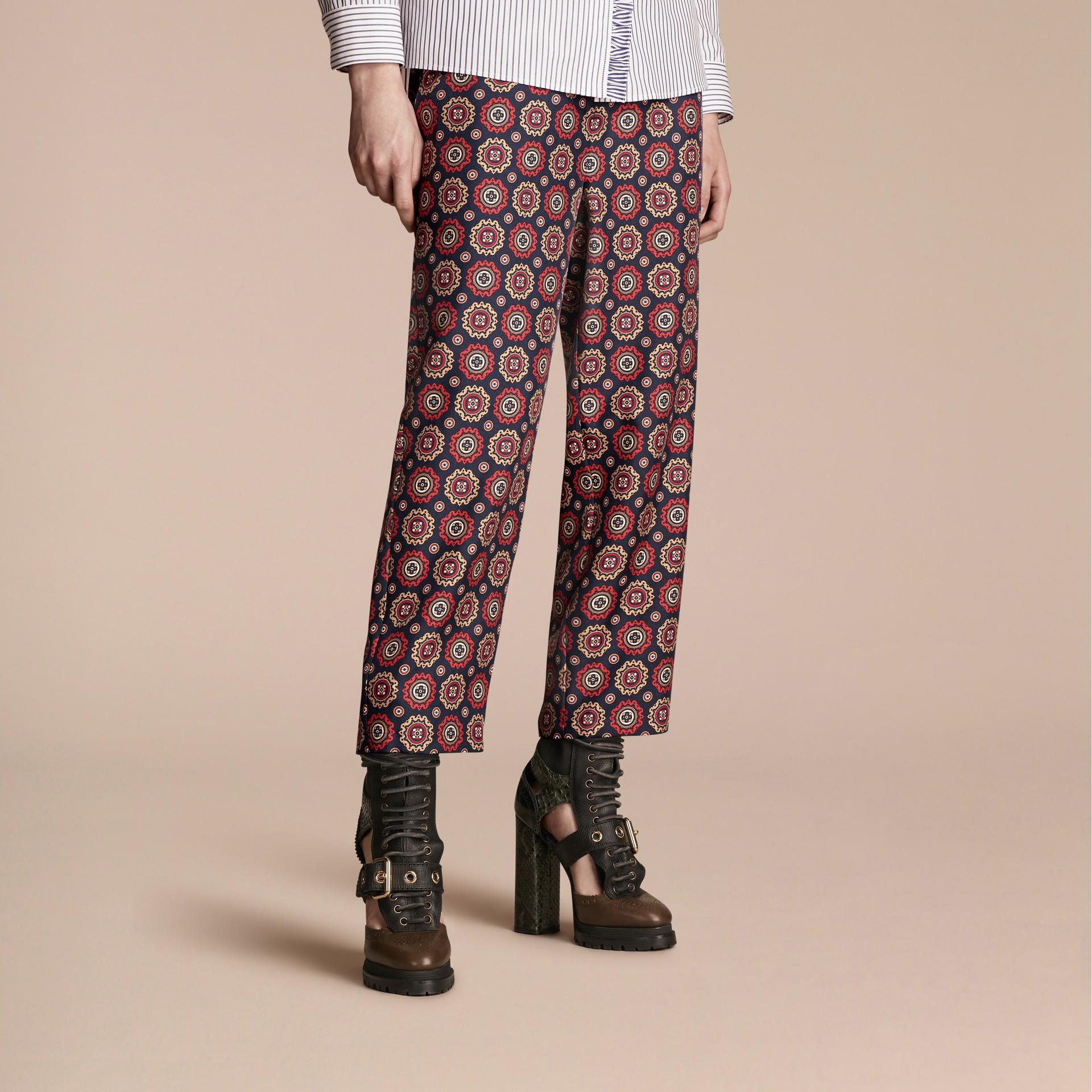 Azul marinho Calças estilo pijama curtas de sarja de seda estampadas - galeria de imagens 1