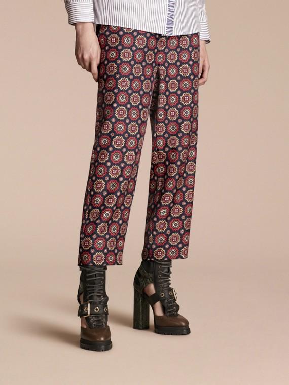 Hose aus Seidentwill im Pyjamastil mit kürzerer Beinlänge und Pyjamadruck