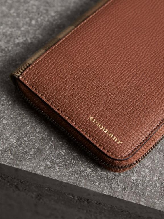 Portafoglio con cerniera su tre lati con pelle a grana e motivo House check (Marrone Castagna) | Burberry - cell image 1