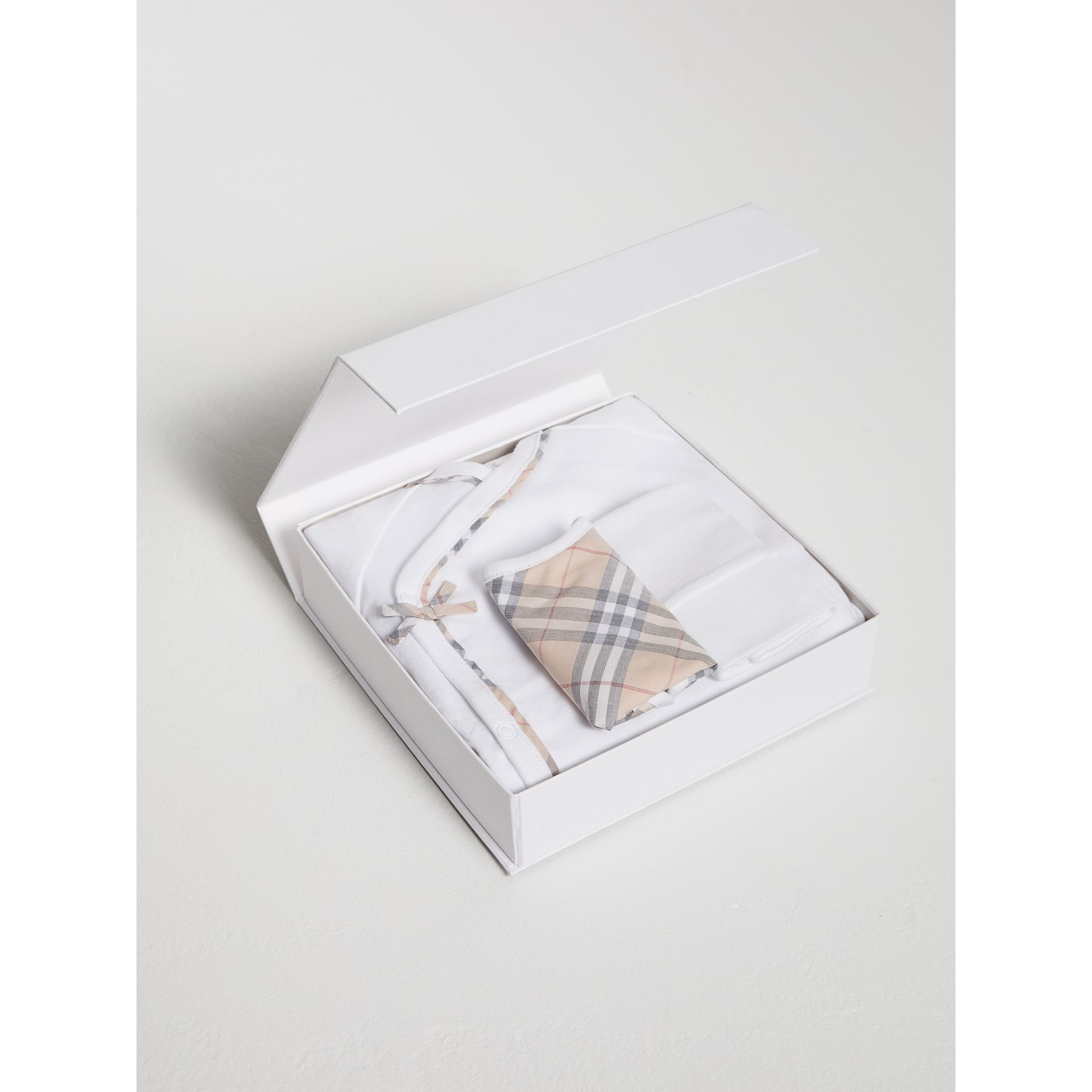格紋棉質三件組嬰兒禮盒 (白色) | Burberry - 圖庫照片 2