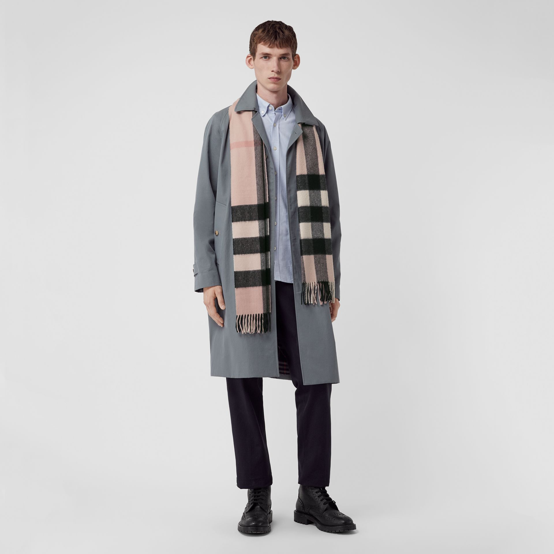 The Large Classic Cashmere Scarf in Check in Ash Rose | Burberry United Kingdom - gallery image 3