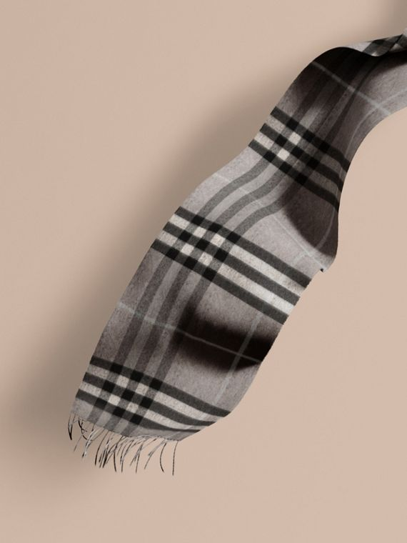The Classic Cashmere Scarf in Check in Pale Grey
