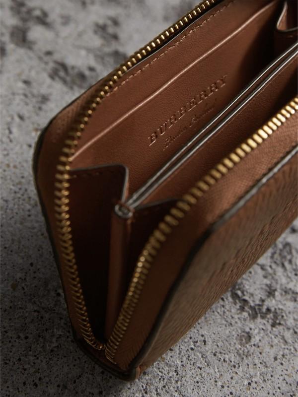 Porta-moedas com zíper de couro texturizado (Marrom Castanho) - Homens | Burberry - cell image 3
