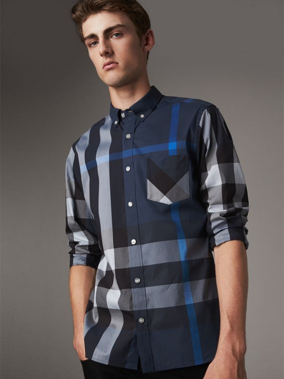 Camicia in misto cotone stretch con motivo tartan e colletto button-down (Blu Tela) - Uomo | Burberry