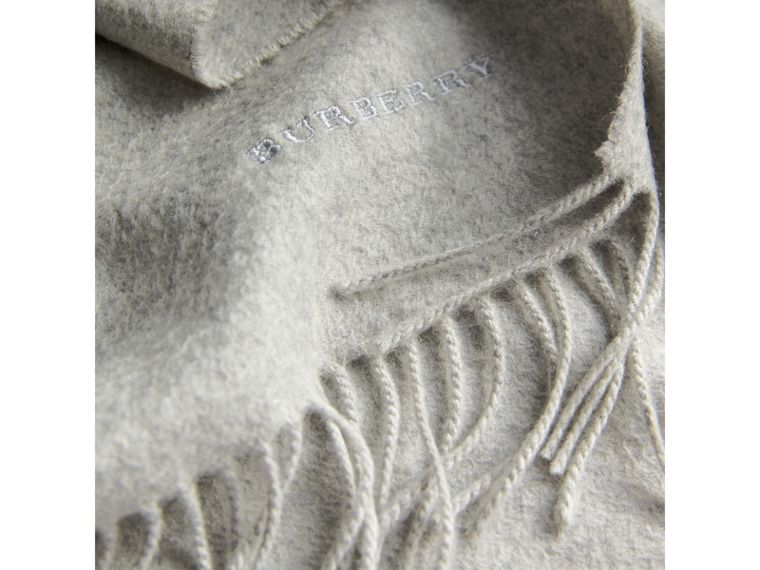 The Classic Cashmere Scarf in Pale Grey | Burberry United Kingdom - cell image 4