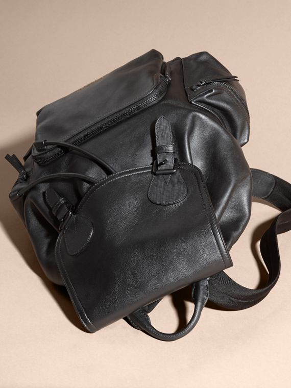The Large Rucksack in Water-repellent Leather Black - cell image 3
