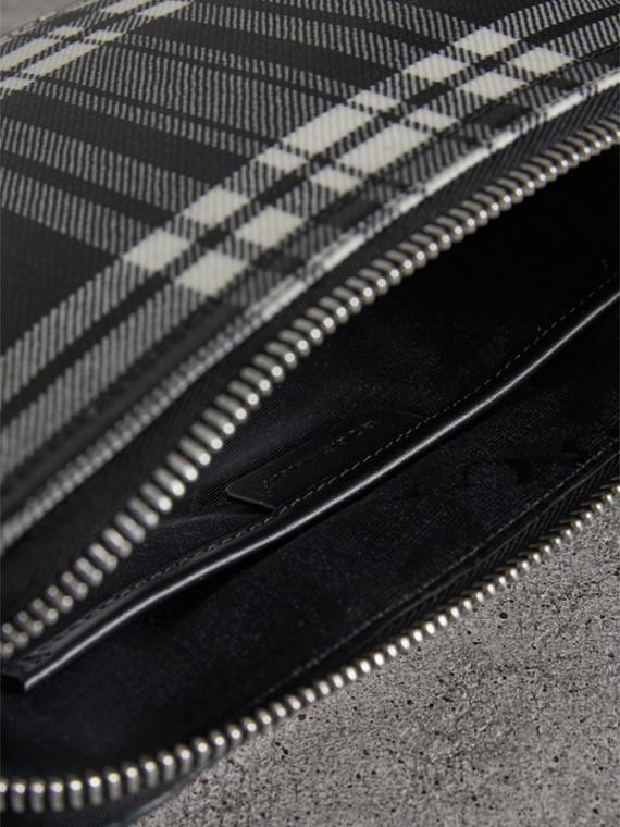Bolsa pouch grande de lã em xadrez tartan com efeito plastificado (Preto/branco) - Mulheres | Burberry - cell image 3