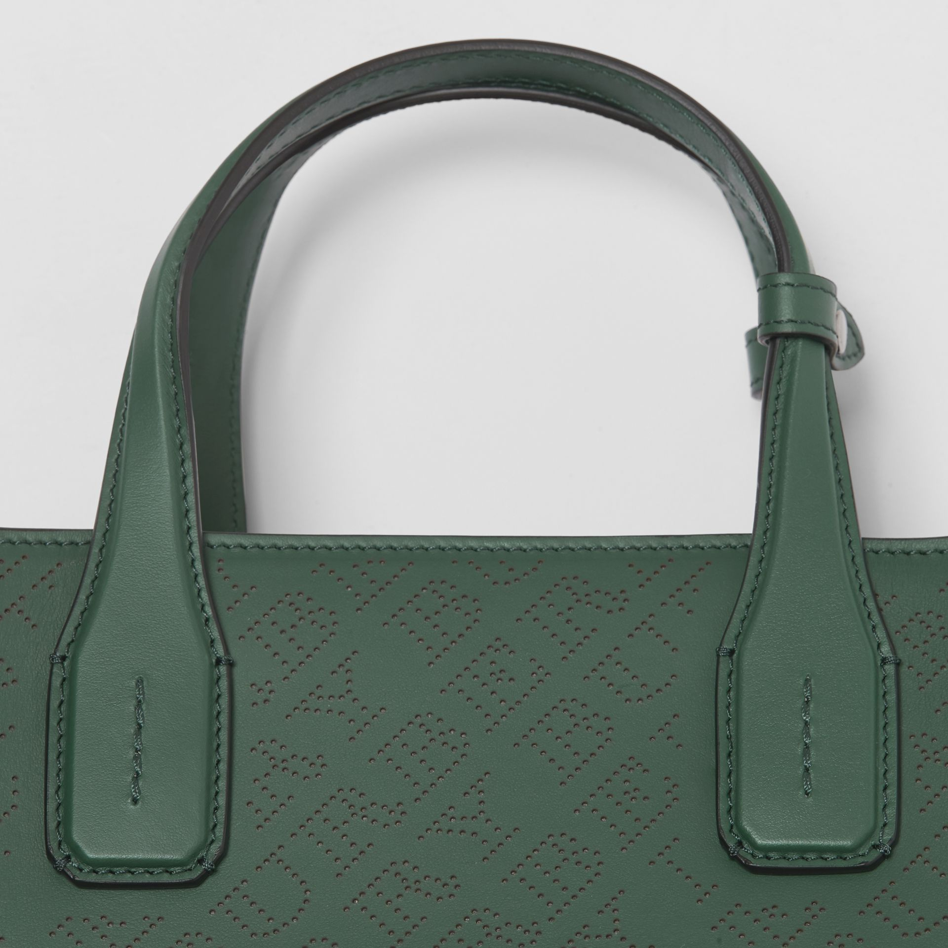 The banner media in pelle con logo traforato (Verde Vintage) - Donna | Burberry - immagine della galleria 1
