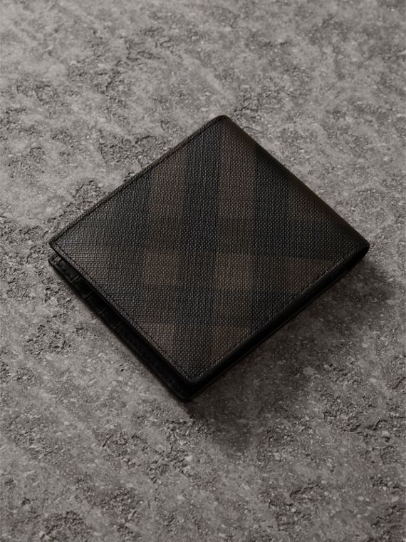Cartera plegable para todas las divisas en London Checks (Chocolate / Negro) - Hombre | Burberry - cell image 2
