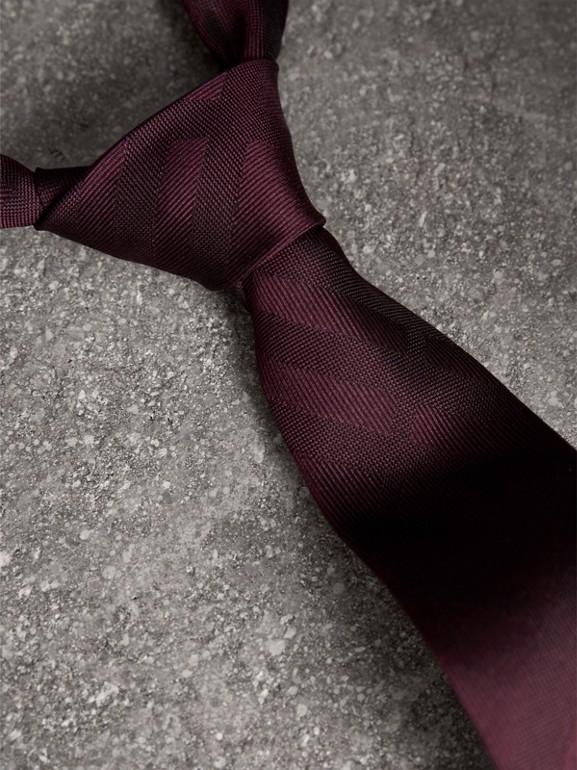 Cravatta dal taglio sottile in seta con motivo check (Rosso Violetto Intenso) - Uomo | Burberry - cell image 1