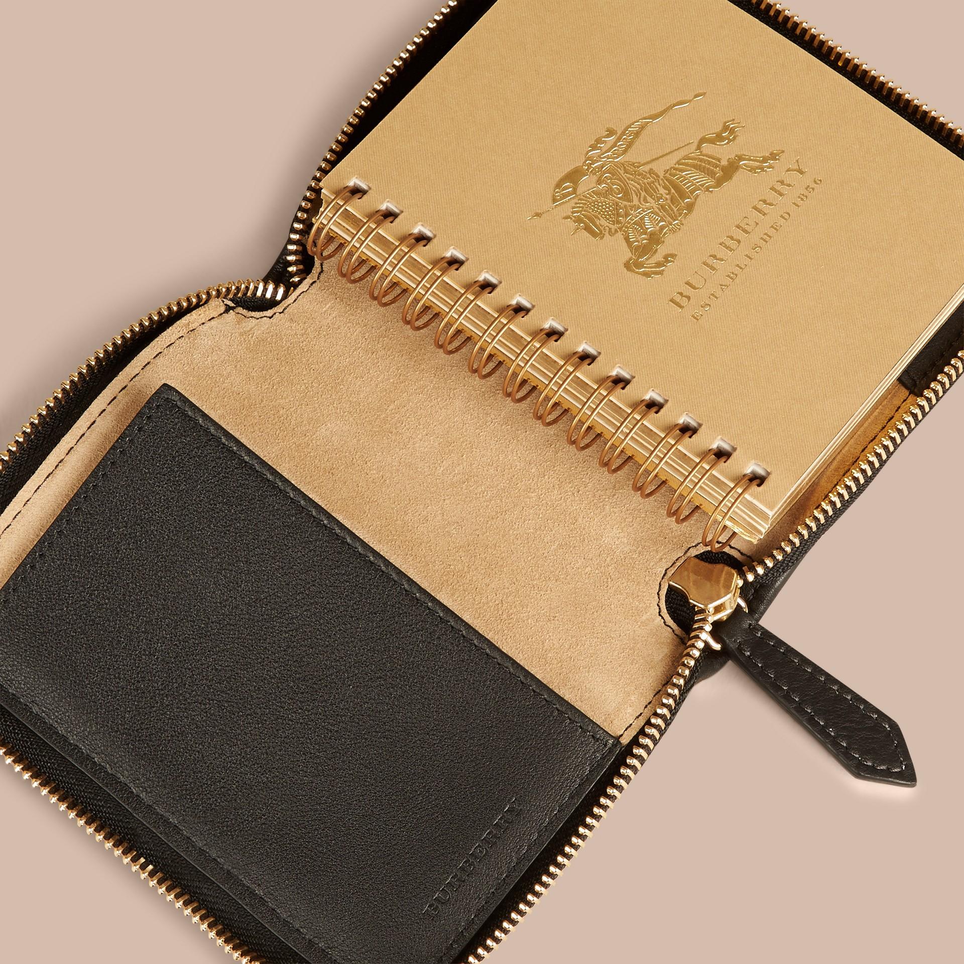 Nero Mini taccuino con cerniera su tre lati, motivo Horseferry check e stampa animalier - immagine della galleria 3