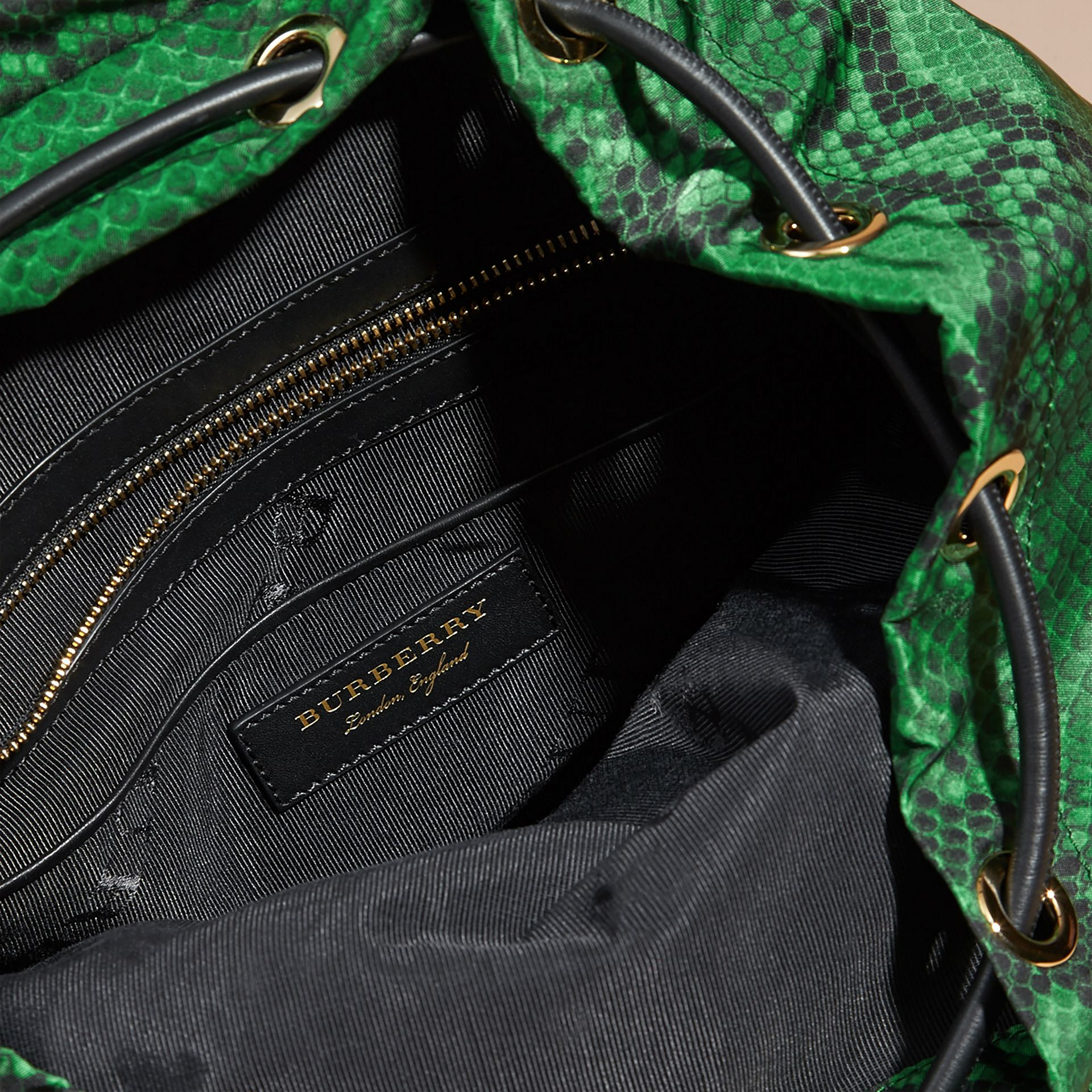 Grand sac The Rucksack en nylon à imprimé python et cuir Vert - photo de la galerie 5
