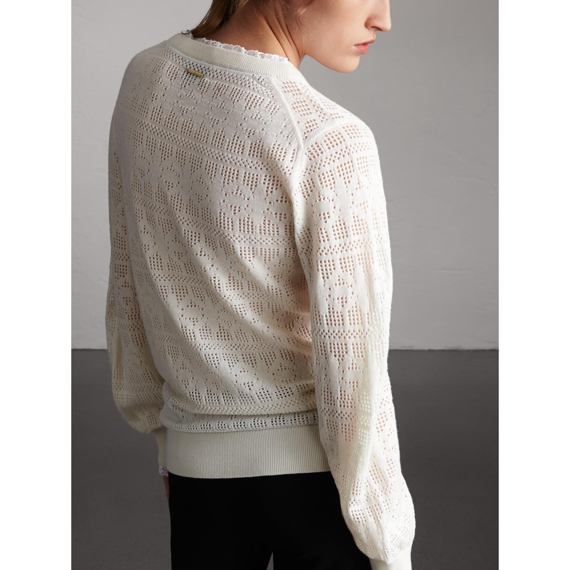 Suéter de lã e cashmere com detalhes em renda e pointelle (Branco Natural) - Mulheres | Burberry - galeria de imagens 3