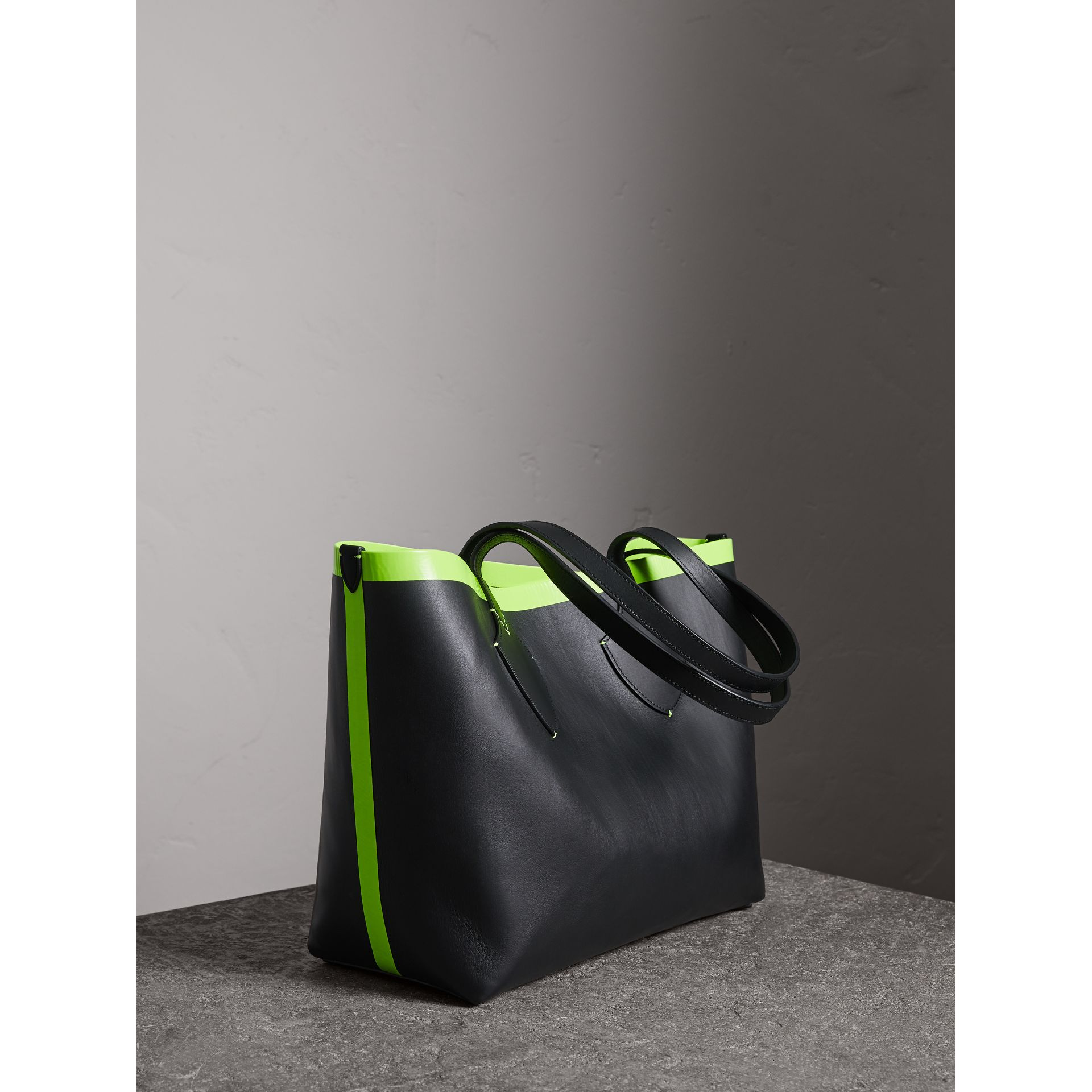 The Medium Giant Reversible Tote in Canvas and Leather in Black/neon Yellow | Burberry Australia - gallery image 2