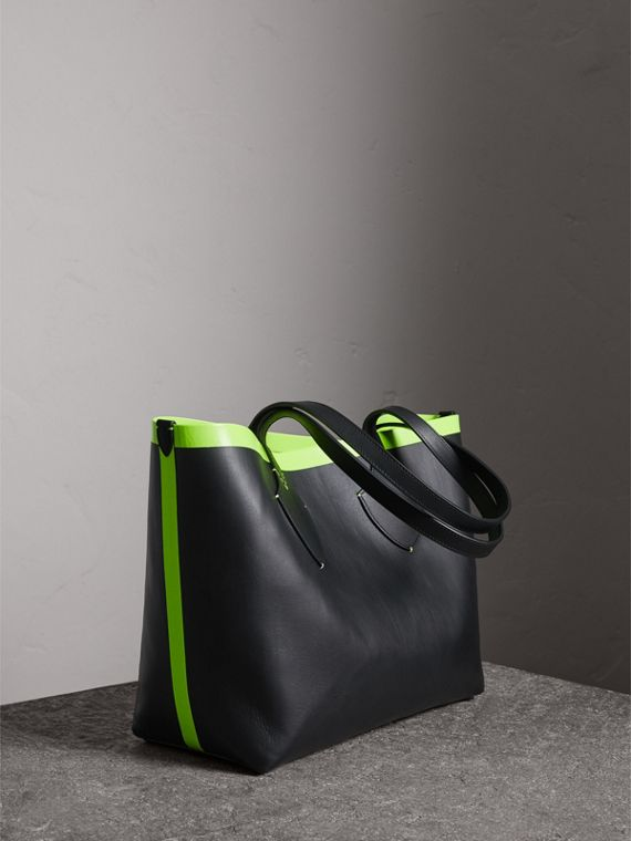 The Medium Giant Reversible Tote in Canvas and Leather in Black/neon Yellow | Burberry - cell image 2