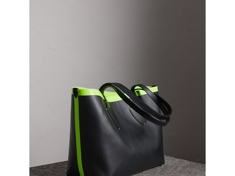 The Medium Giant Reversible Tote in Canvas and Leather in Black/neon Yellow | Burberry - cell image 4