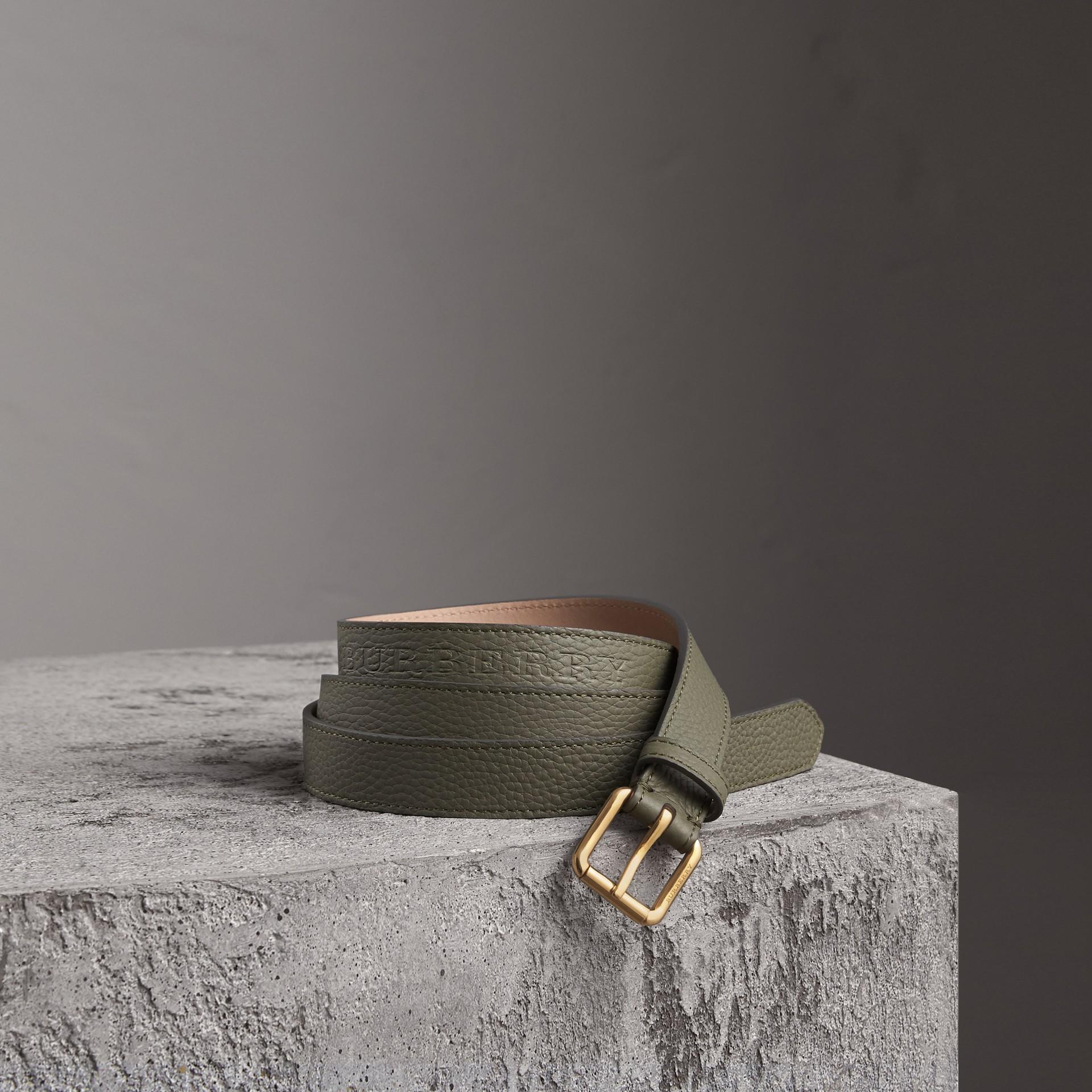 Cinto de couro com detalhes em relevo (Verde Ardósia) - Mulheres | Burberry - galeria de imagens 0