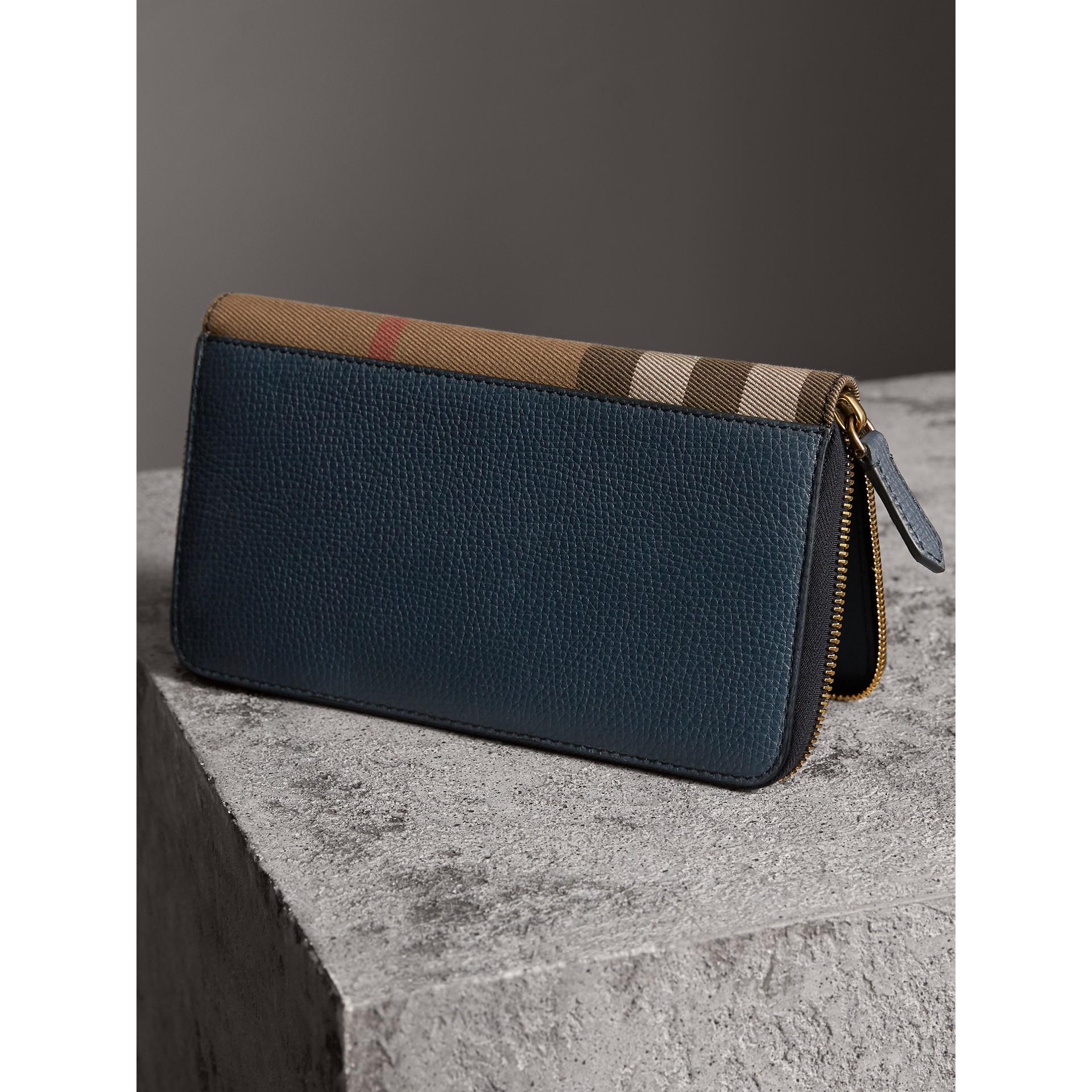 Portafoglio con cerniera su tre lati con pelle a grana e motivo House check (Blu Tempesta) | Burberry - immagine della galleria 2