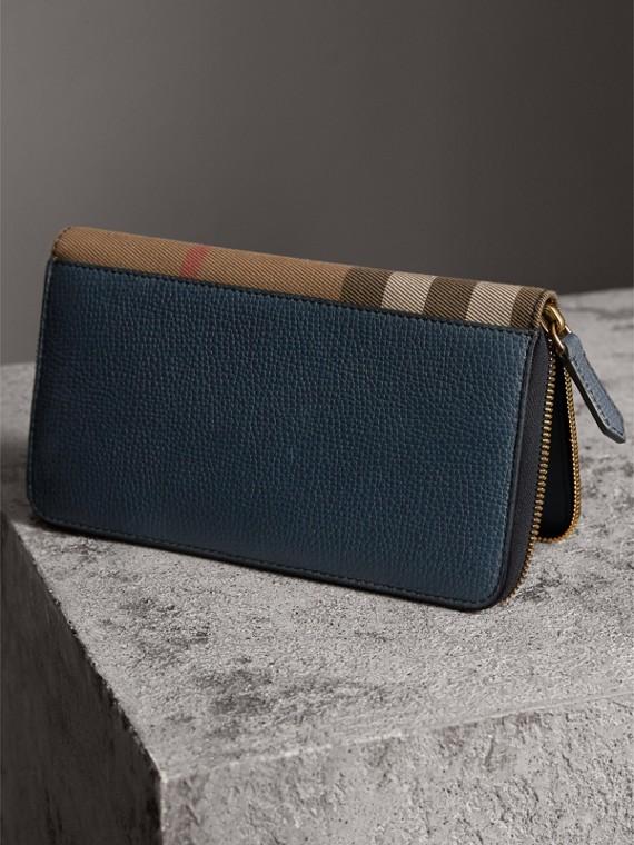 Portafoglio con cerniera su tre lati con pelle a grana e motivo House check (Blu Tempesta) | Burberry - cell image 2