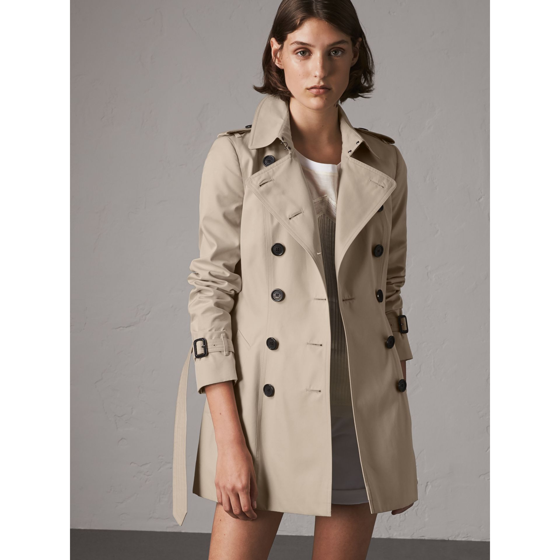 The Chelsea – Short Heritage Trench Coat in Stone - Women | Burberry - gallery image 7