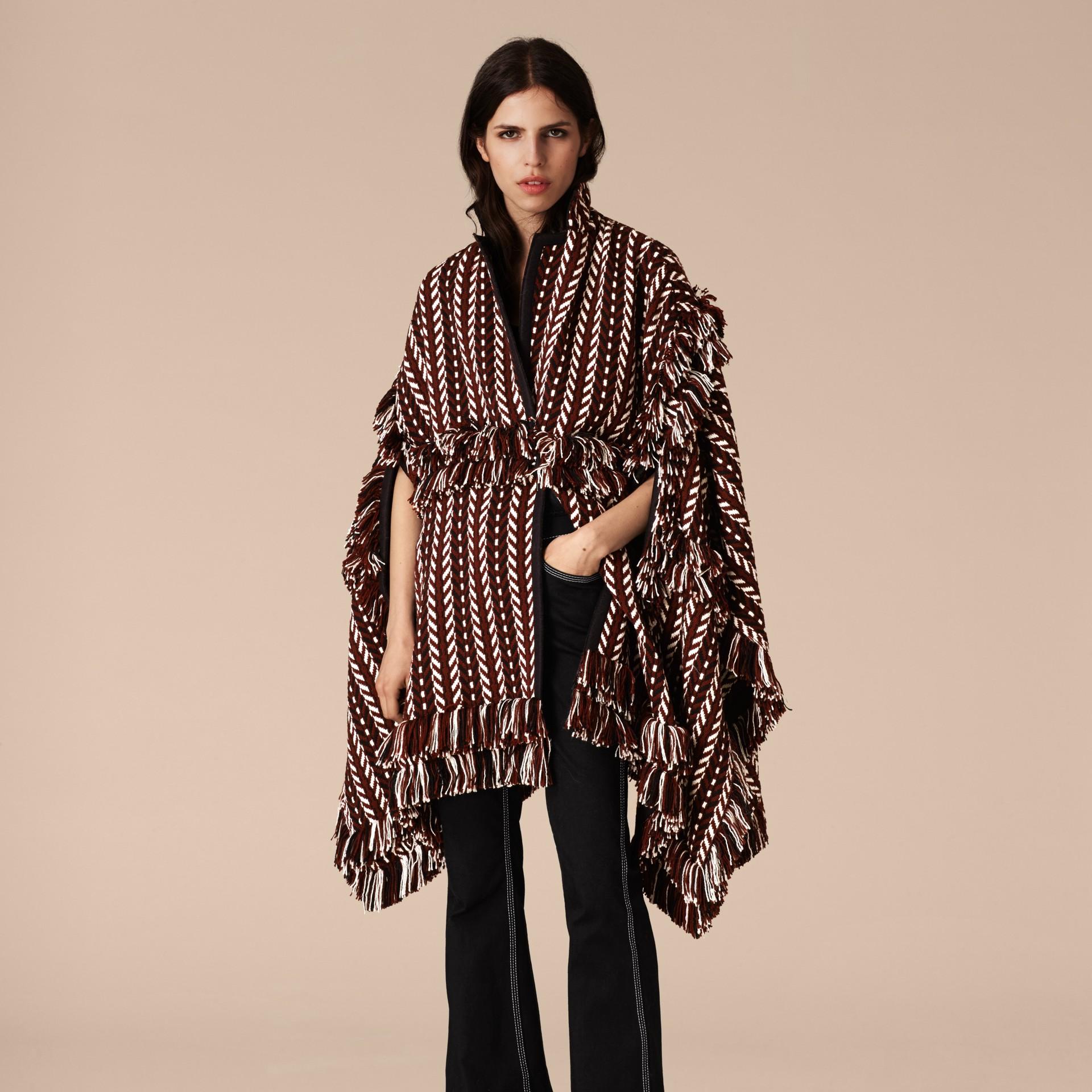Marrone ruggine Cappotto a mantella con frange in lana e seta - immagine della galleria 5