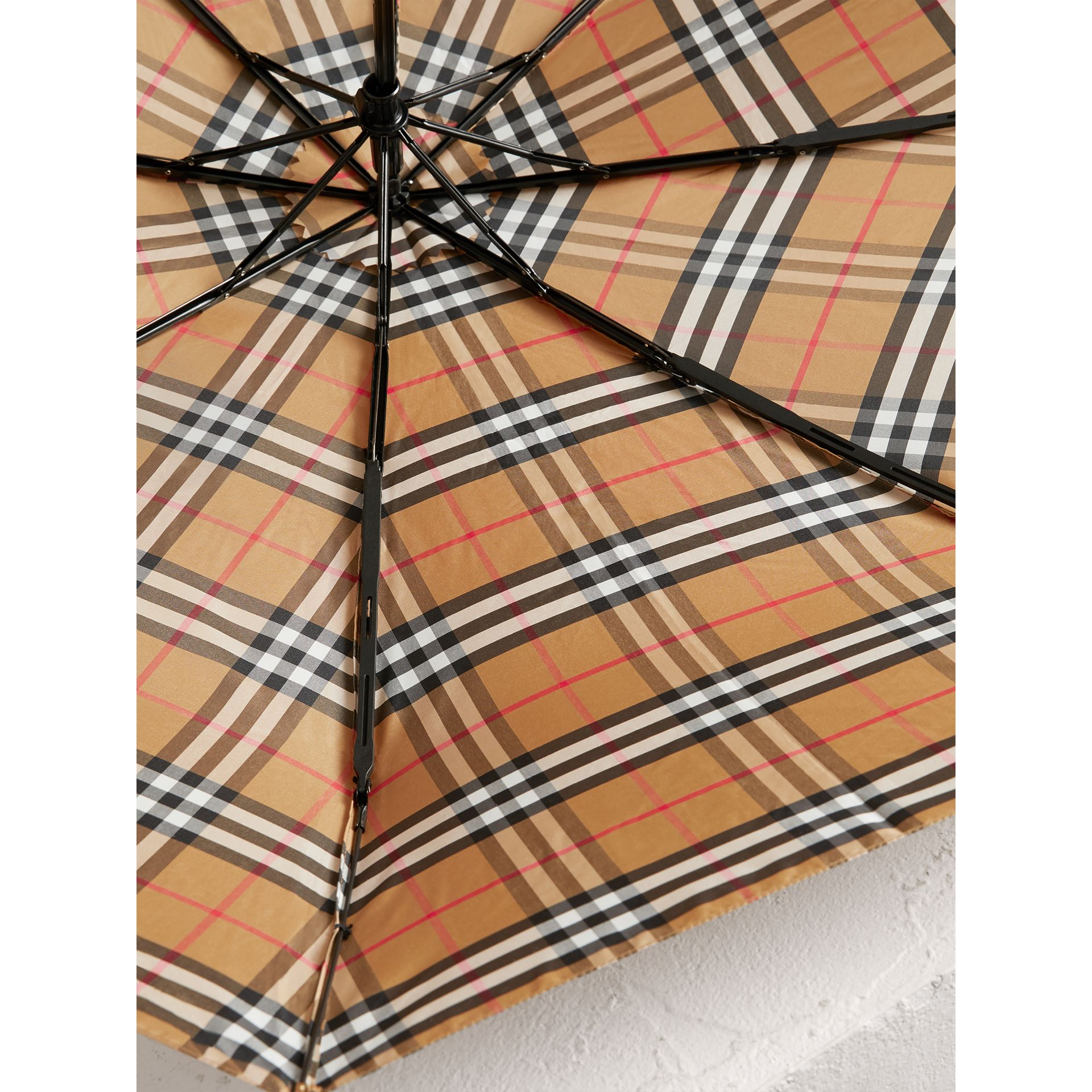 Parapluie télescopique à motif Vintage check (Jaune Antique/noir) | Burberry - photo de la galerie 2