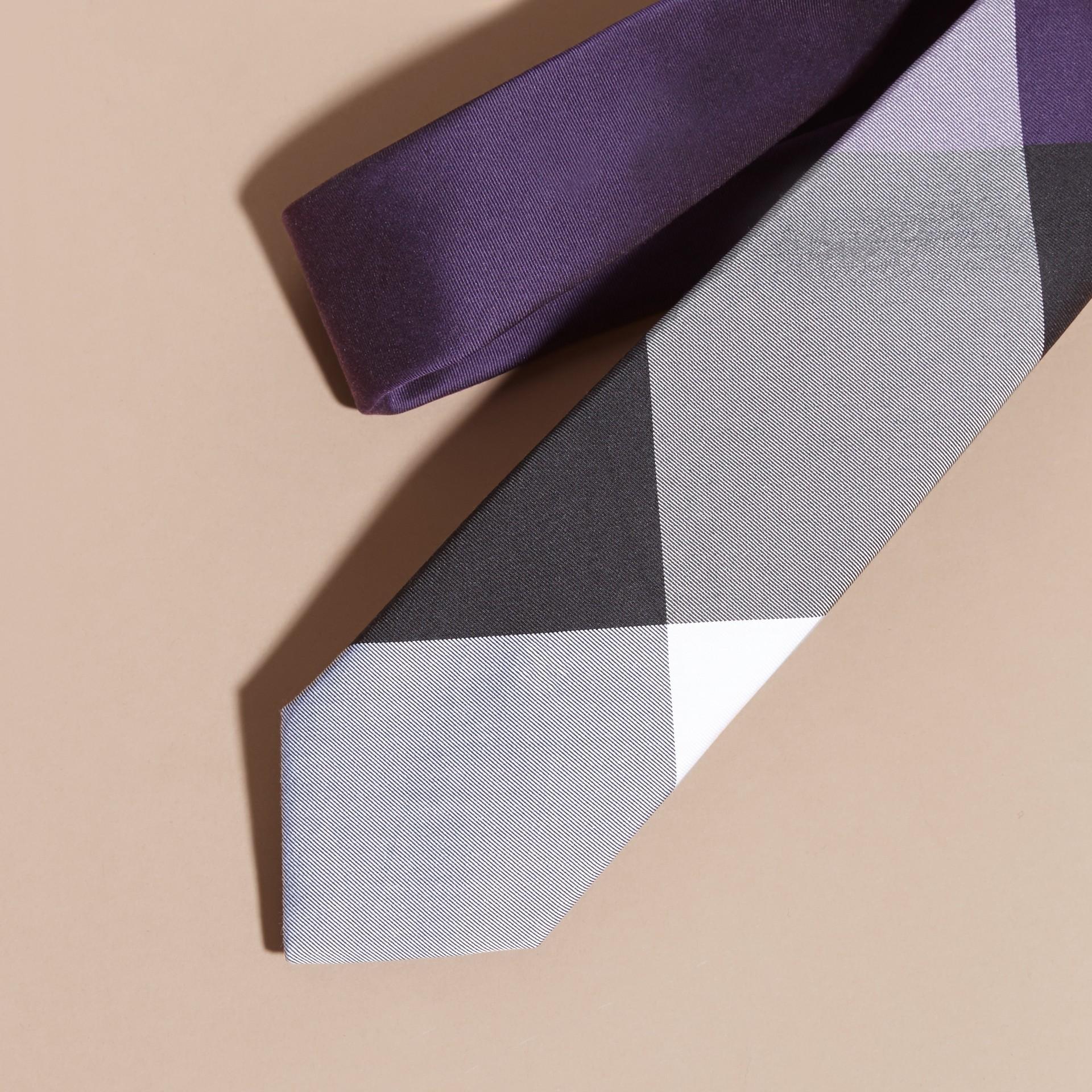 Viola notturno Cravatta dal taglio sottile in seta e cotone con motivo tartan Viola Notturno - immagine della galleria 2