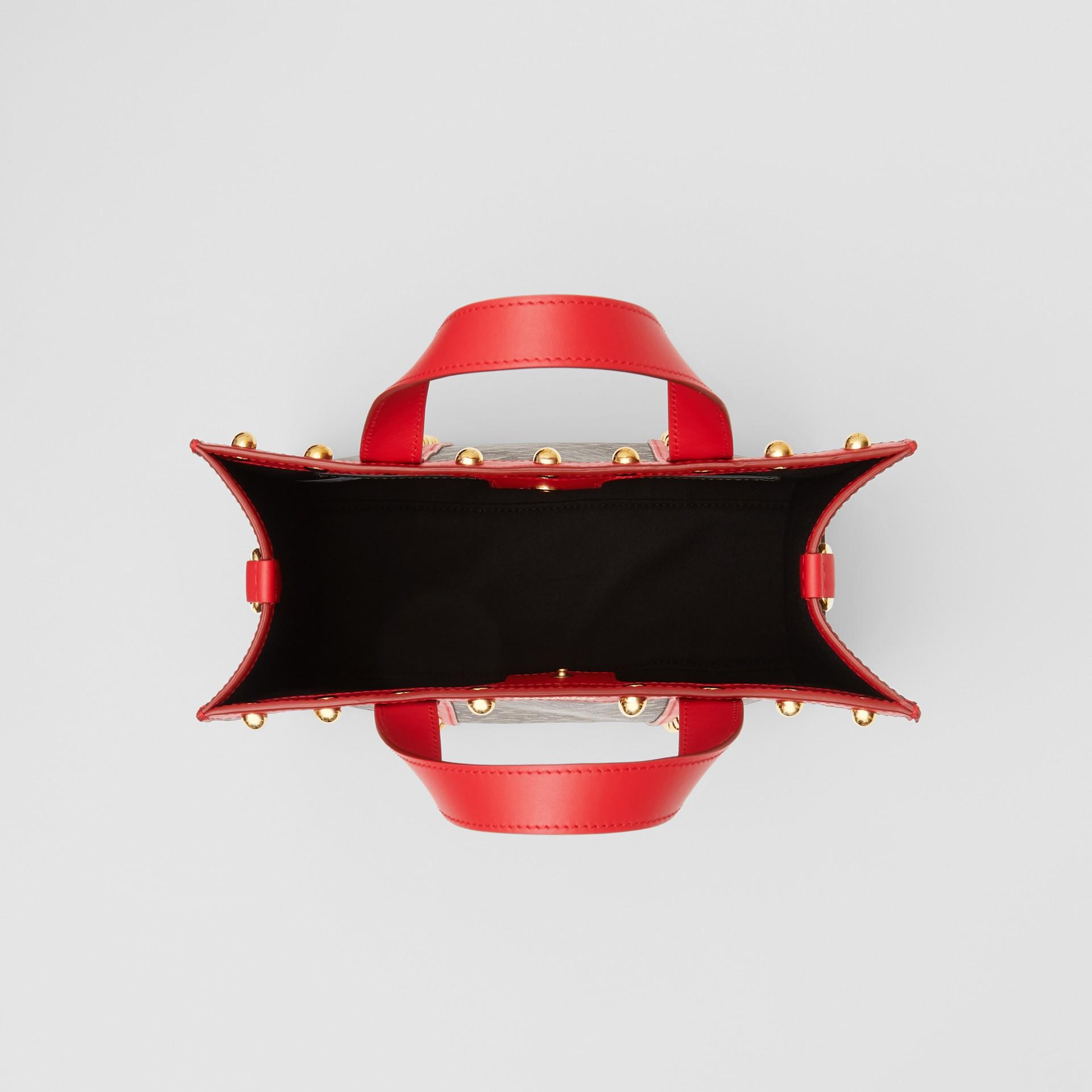スモール モノグラムプリント Eキャンバス ポートレート トートバッグ (ブライトレッド) - ウィメンズ | バーバリー - ギャラリーイメージ 5