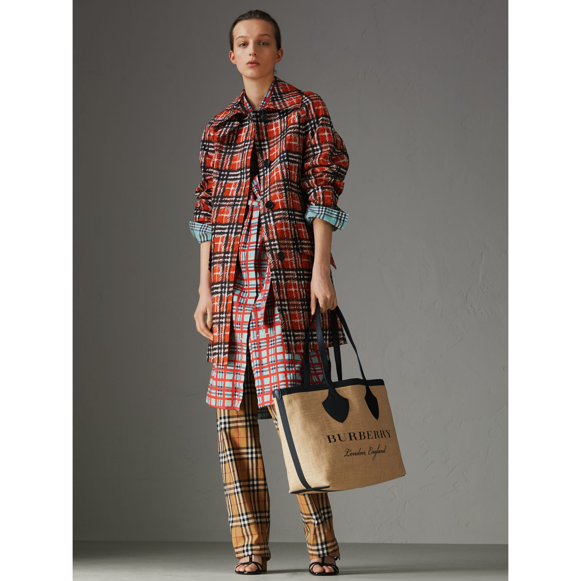 The Medium Giant Tote aus Jute mit Grafikdruck (Schwarz) - Damen | Burberry - Galerie-Bild 2