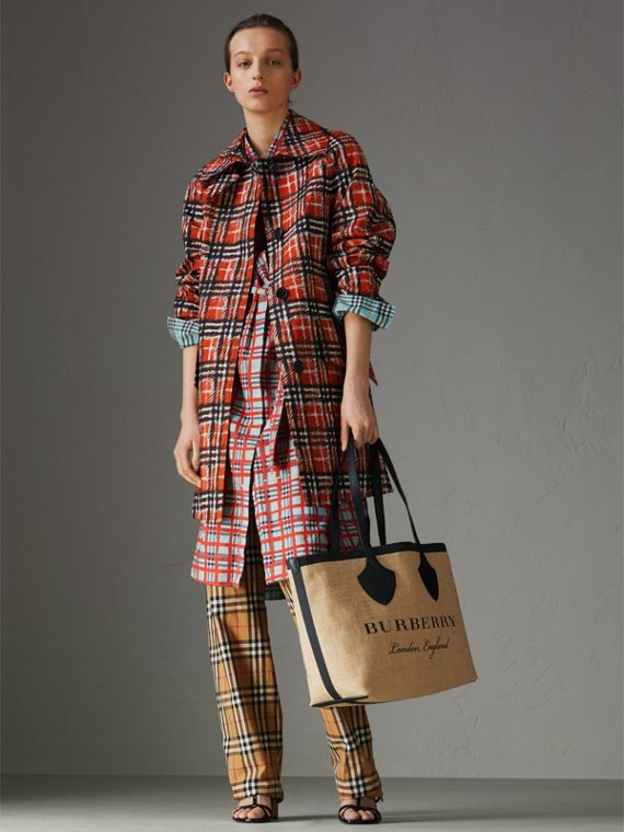 The Medium Giant Tote in Graphic Print Jute in Black - Women | Burberry Singapore - cell image 2