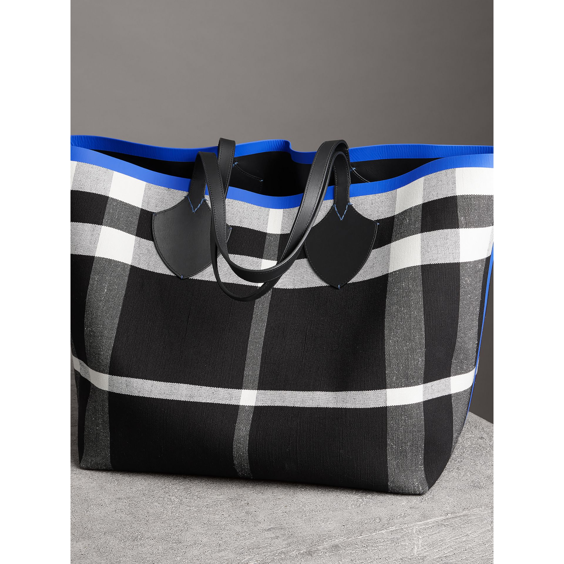 Borsa tote The Giant reversibile in cotone con motivo Canvas check e pelle (Mirtillo/nero) | Burberry - immagine della galleria 2
