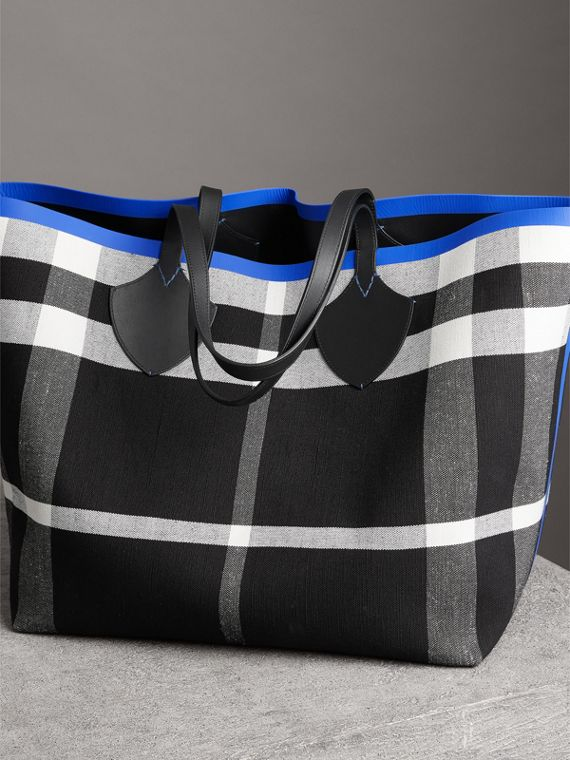 The Giant Reversible Tote in Canvas Check and Leather in Blueberry/black | Burberry United States - cell image 2