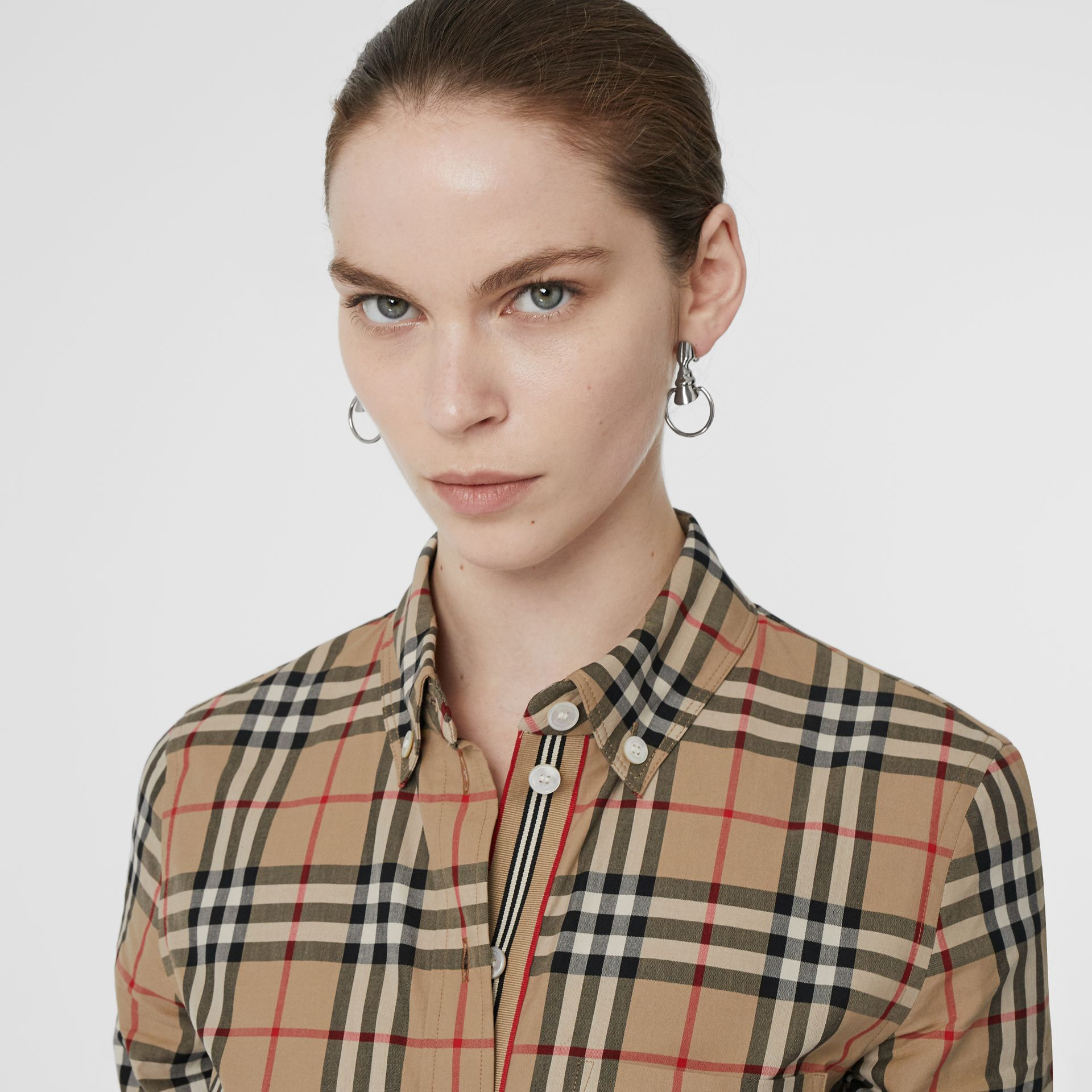Camicia in cotone stretch con motivo Vintage check e colletto button-down (Beige Archivio) - Donna | Burberry - immagine della galleria 1