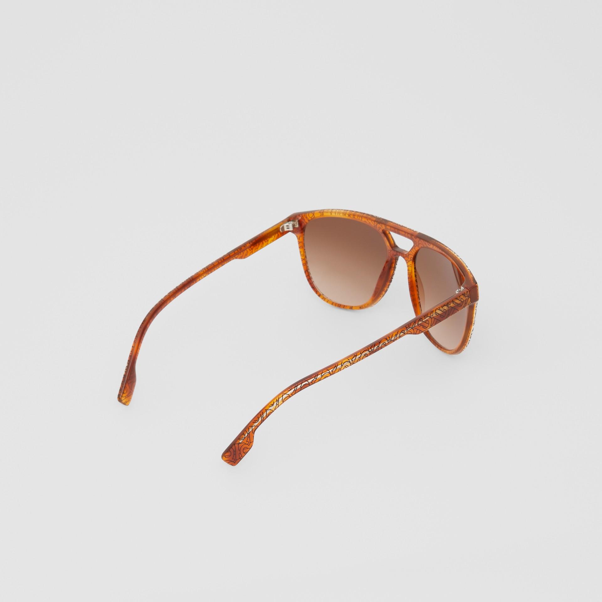 領航員太陽眼鏡 (玳瑁紋琥珀色) - 男款 | Burberry - 圖庫照片 4