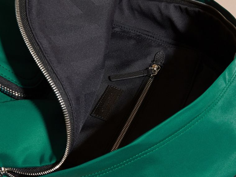 Vert pin Sac à dos en nylon avec éléments en cuir Vert Pin - cell image 4