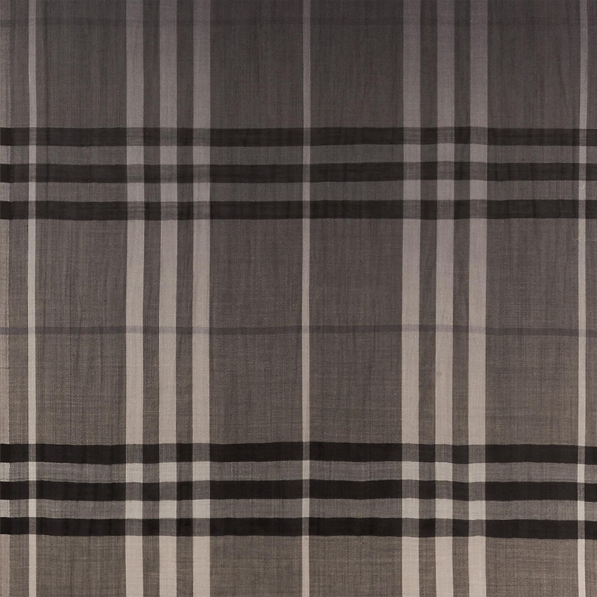 Check nero fumo Sciarpa leggera in lana e seta con motivo check sfumato Nero Fumo - immagine della galleria 2