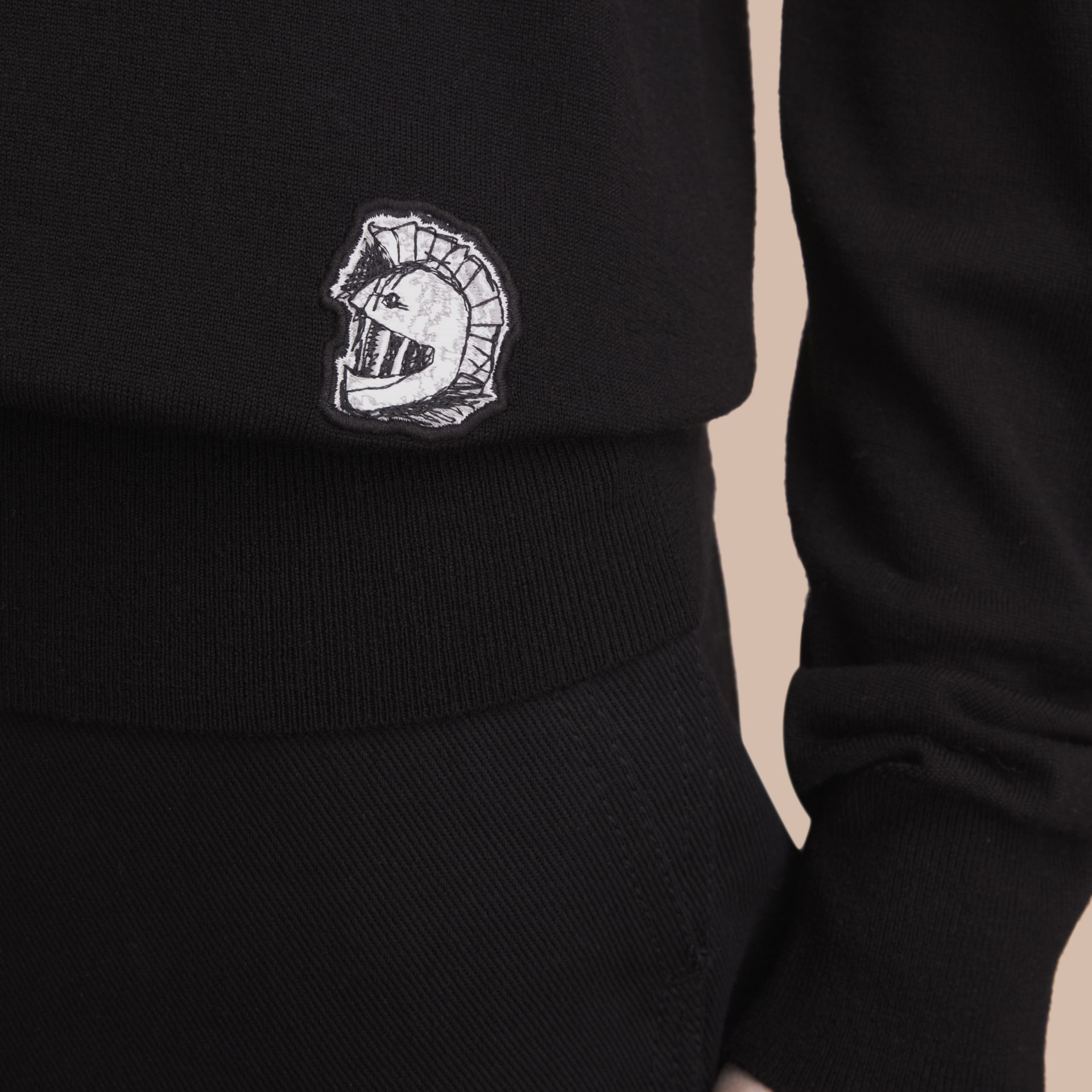 팔라스 헬멧 모티프 메리노 울 브이넥 스웨터 (블랙) - 남성 | Burberry - 갤러리 이미지 5